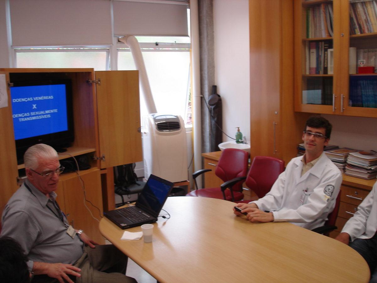 Prof. Dr. Luiz Jorge Fagundes, Coordenador Científico do CEADS e os residentes estagiários de janeiro de 2014, durante a Palestra sobre as diferenças entre Doenças Venéreas e Doenças Sexualmente Transmissíveis.