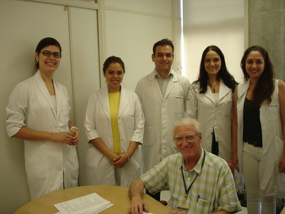 Prof. Dr. Luiz Jorge Fagundes, Coordenador Científico do CEADS e os Residentes Estagiários de DST de fevereiro de 2014, durante a inscrição dos Residentes na Lista de Discussão de DST