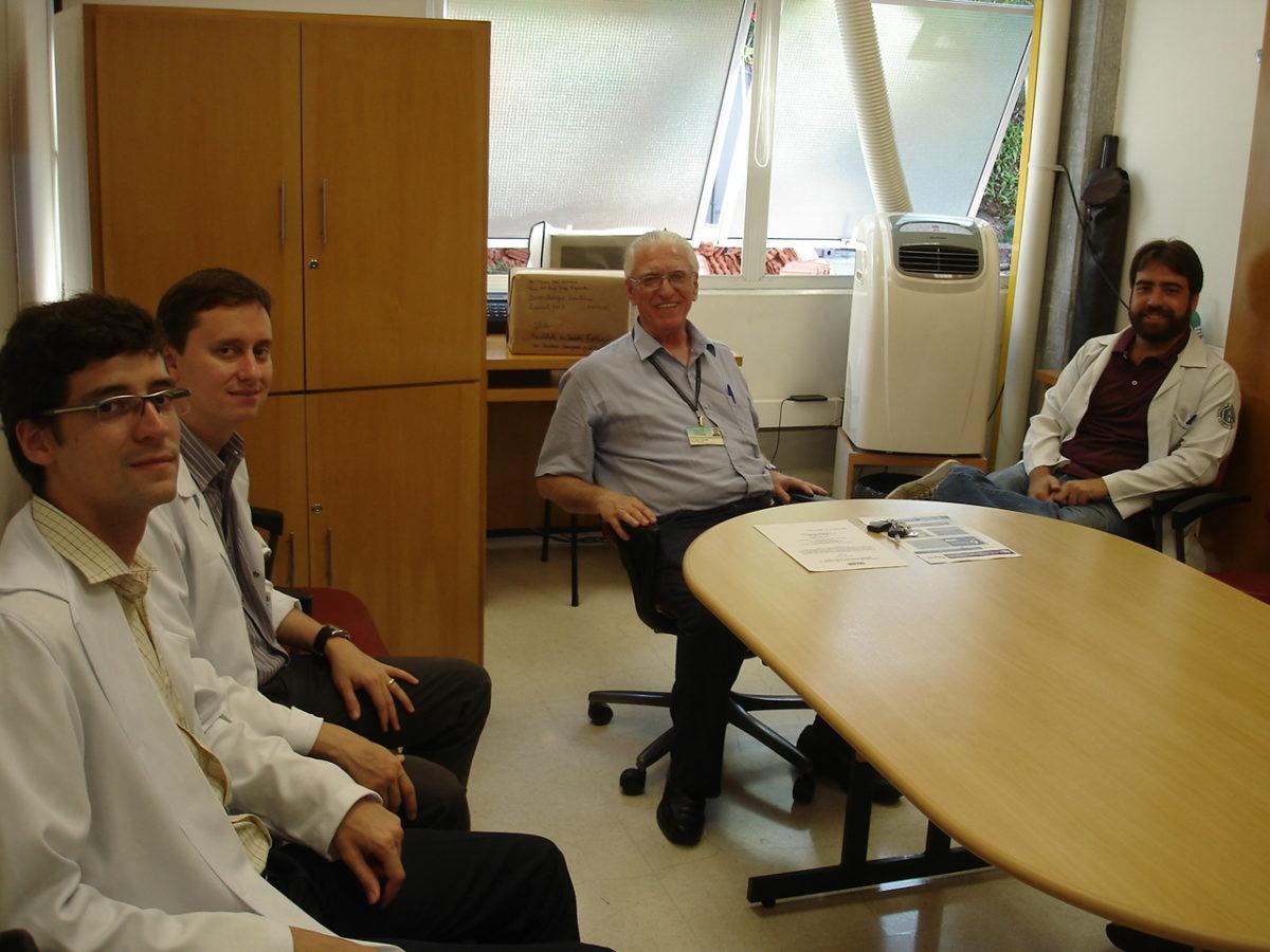 Prof. Dr. Luiz Jorge Fagundes, Coordenador Científico do CEADS e os Residentes Estagiários de janeiro de 2014, durante a organização da Lista de Discussão de DST.