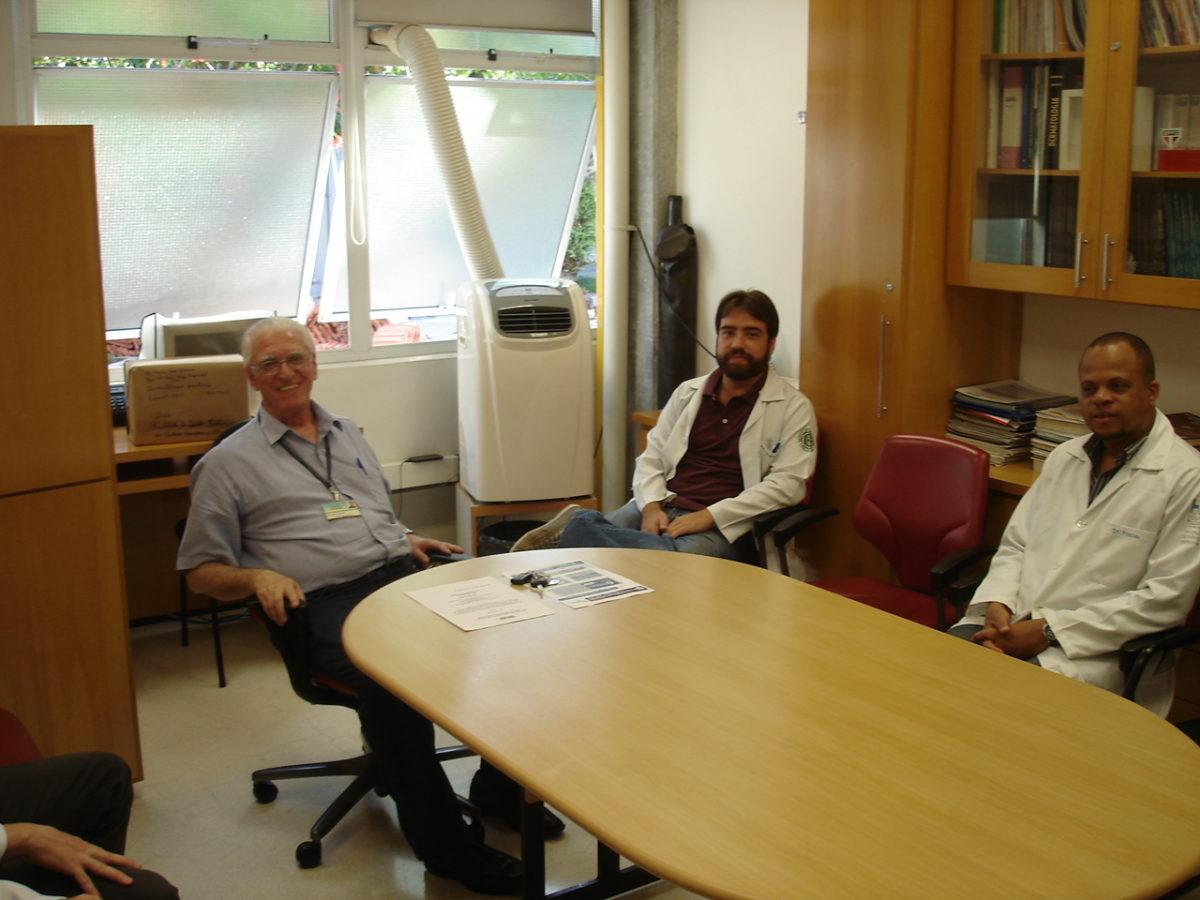 Prof. Dr. Luiz Jorge Fagundes, Coordenador Científico do CEADS e os Estagiários de DST do mês de janeiro de 2014, durante a realização da discussão sobre a Lista de Discussão de DST.