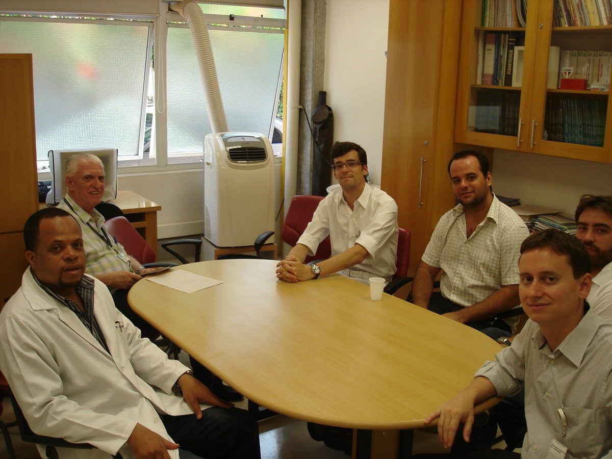 Prof. Dr. Luiz Jorge Fagundes, Coordenador Científico do CEADS e os Residentes Estagiários de DST do mês de janeiro de 2014, durante a Palestra Inaugural, realizada em 06/01/2013.