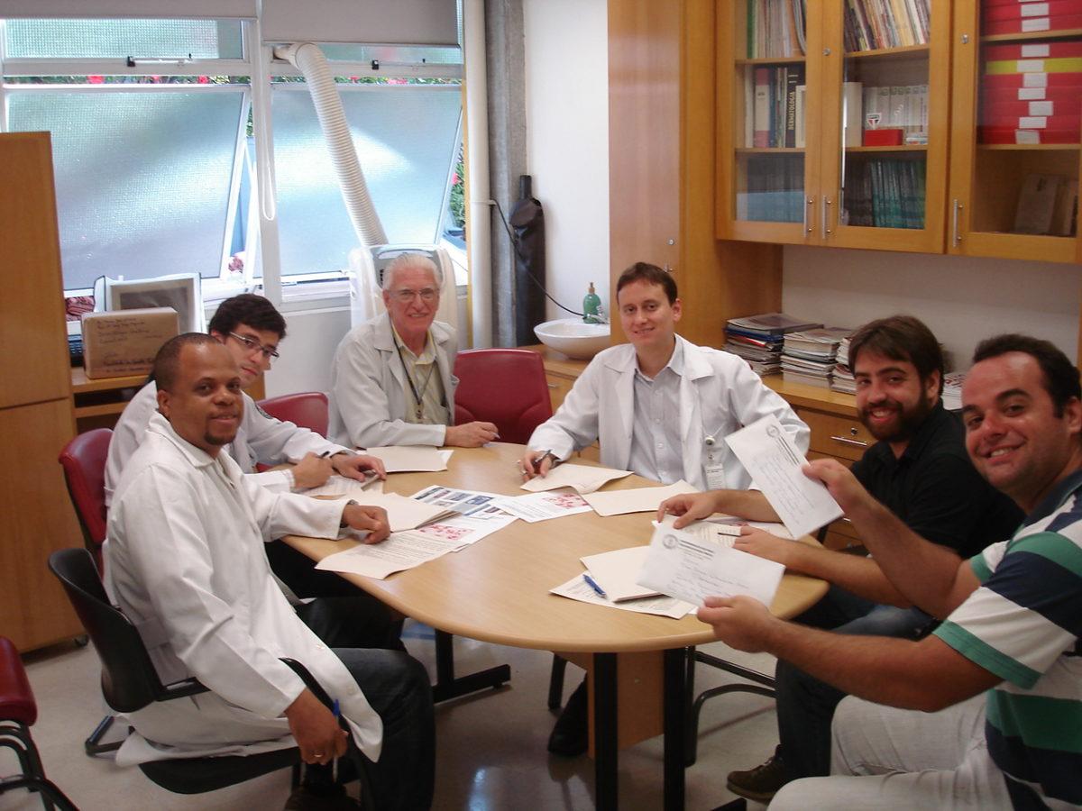 Prof. Dr. Luiz Jorge Fagundes, Coordenador Científico do CEADS e os Residentes Estagiários de DST do mês de janeiro de 2014, durante a realização da prova final de DST