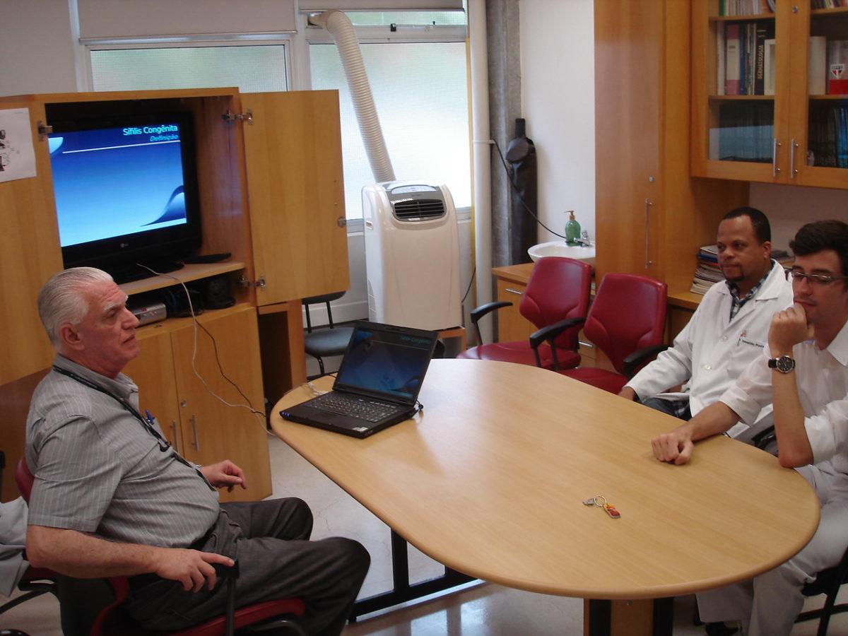 Prof. Dr. Luiz Jorge Fagundes, Coordenador Científico do CEADS e os Residentes estagiários de DST do mês de janeiro de 2014, durante a Palestra sobre Sífilis Congênita.