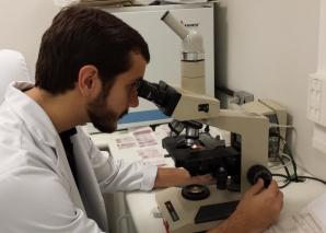A Biomédica Fátima Morais faz a apresentação do Laminário do Laboratório de DST