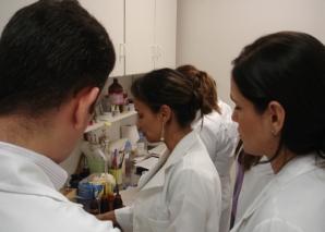 Biomédica Fátima Morais fez demonstração prática do Laboratório de DST