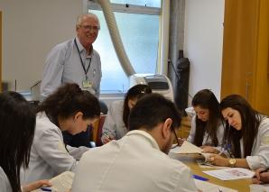 Prof. Fagundes e Biomédica Fátima Morais aplicam provas de DST