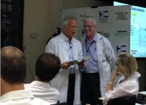 """Prof. Fagundes, faz a entrega do Livro """"Sempre com Elas"""" ao Prof. Miguel Srougi."""