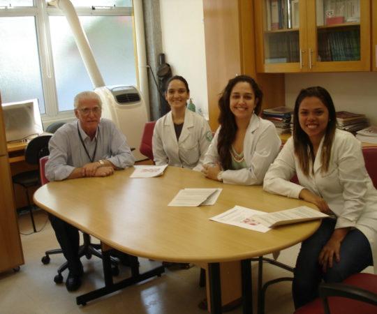 Prof. Dr. Luiz Jorge Fagundes, Coordenador Científico do CEADS e as Residentes Estagiárias de fevereiro de 2014, durante a prova final do Estágio.