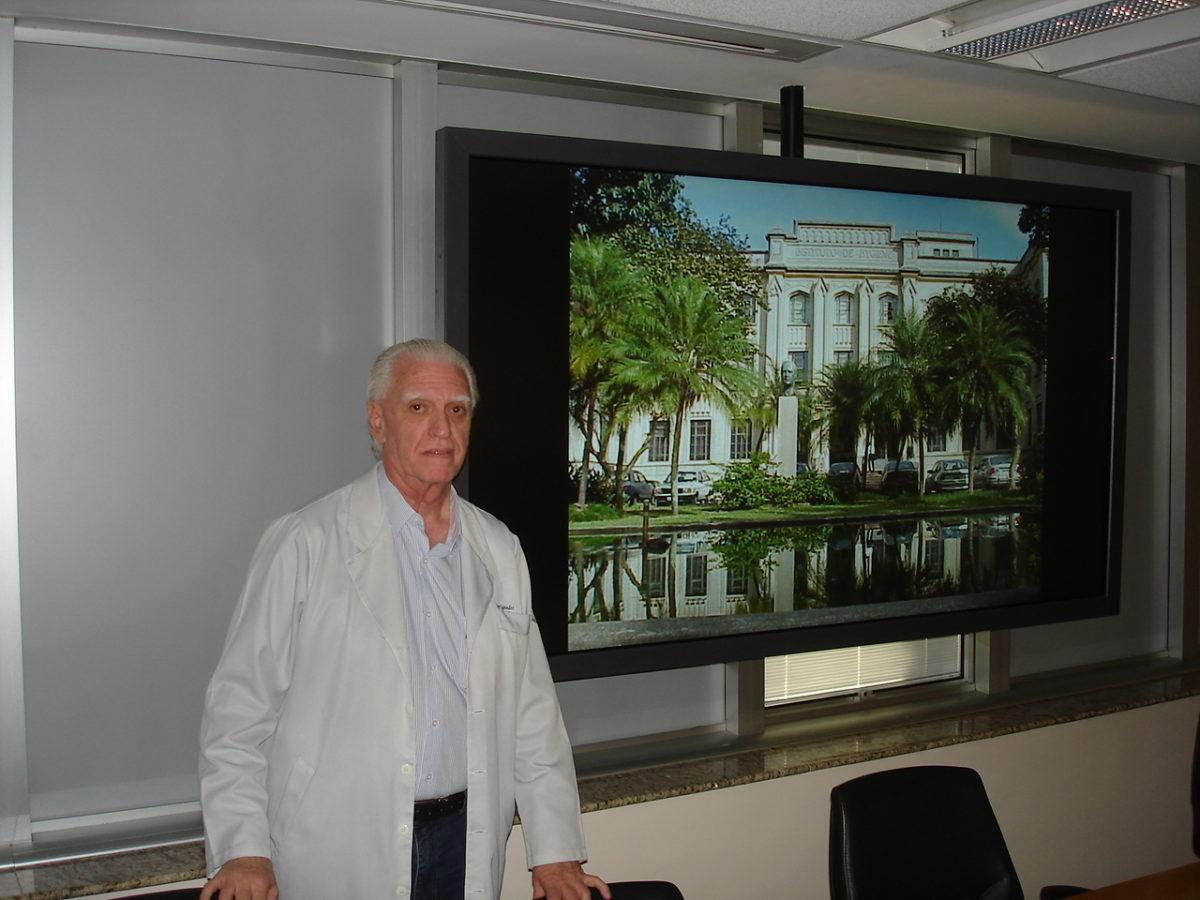 """Prof. Dr. Luiz Jorge Fagundes, no auditório da Oncologia do Hospital São José da Real e Benemérita Associação Portuguesa de Beneficência, durante a Palestra sobre """"Lesões Cutâneas de Mamas""""."""