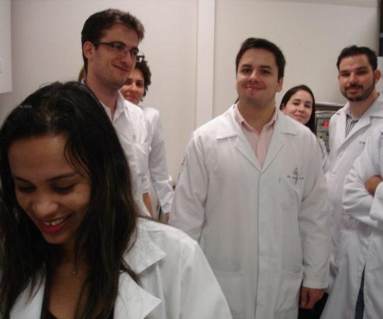 Biomédica Fátima Morais, Colaboradora do CEADS e Responsável pelo Laboratório de DST do CSE GPS FSP USP e os Residentes Estagiários de DST do mês de março de 2014, durante a prova prática de Laboratório em DST.