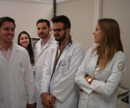 Residentes de Estagiários de DST do CSE GPS FSP USP, do mês de março de 2014, durante a prova prática de lâminas de DST, ocorrida em 24/03/2014.