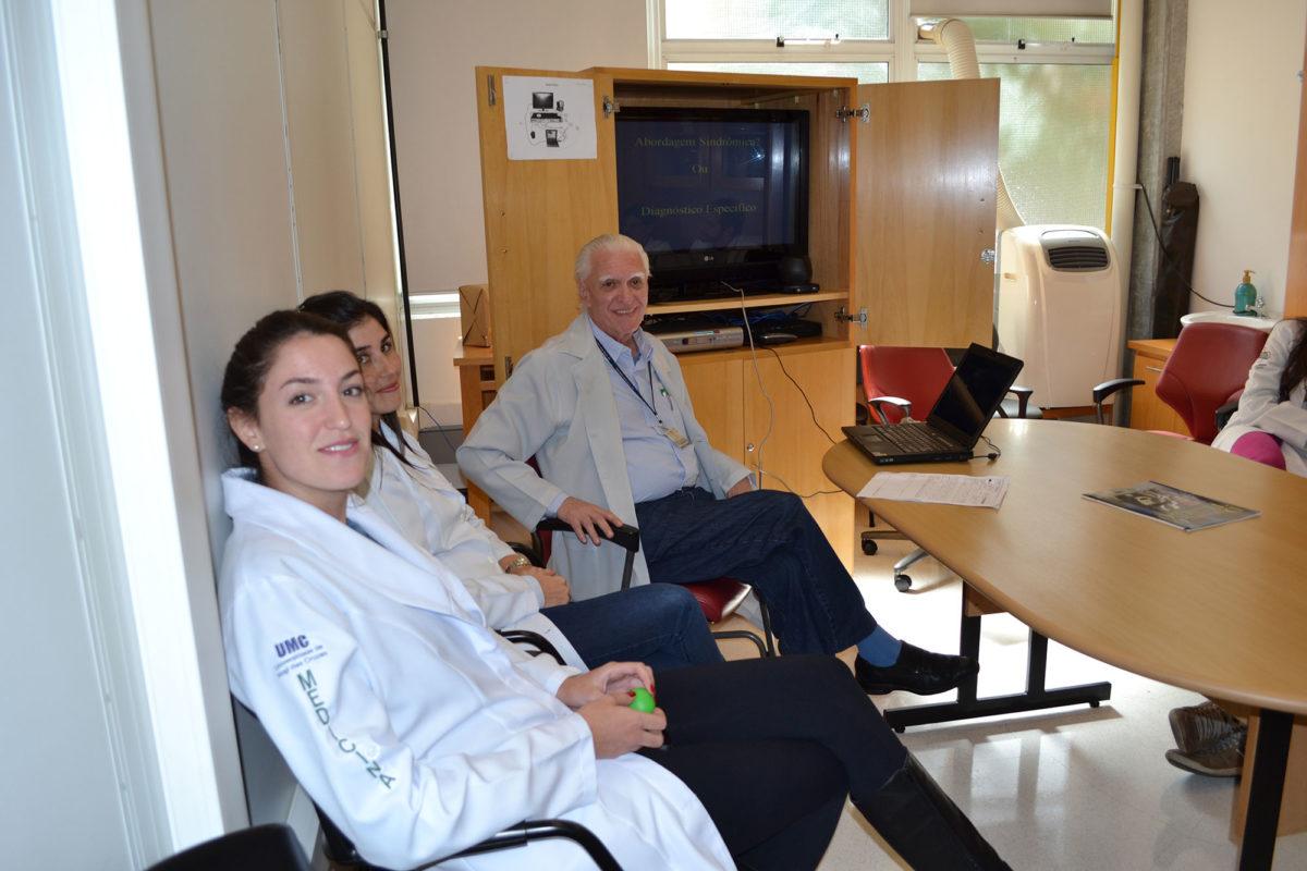 O Prof. Dr. Luiz Jorge Fagundes, Coordenador Científico do CEADS e os Residentes Estagiários de DST de abril de 2014, durante a Palestra sobre Diagnóstico Clínico e Abordagem Sindrômica.