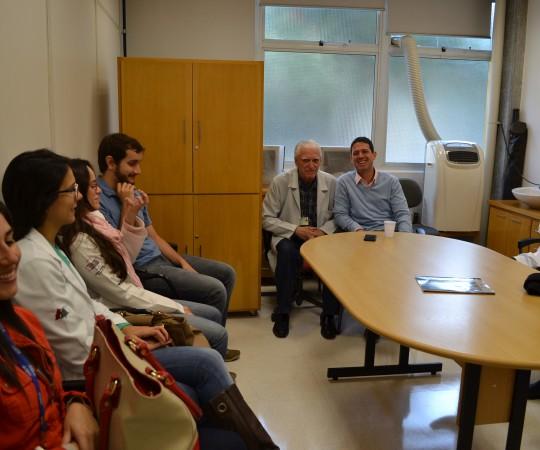 """Prof. Dr. Luiz Jorge Fagundes, Coordenador Científico do CEADS, o Prof. Daniel Rothenberg, Colaborador do CEADS e os Residentes Estagiários de DST de abril de 2014, durante a Palestra sobre """"Gestão de Conflitos""""."""