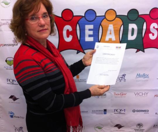 """Profa. Bogdana Victória Kadunk, Coordenadora do Fórum de Debates sobre """"Quelóides"""", de posse de seu Certificado de Coordenação do 31º Fórum de Debates promovido pelo CEADS."""