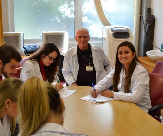 Prof. Dr. Luiz Jorge Fagundes, Coordenador Científico do CEADS e os Residentes Estagiários de DST de abril de 2014, durante a realização das provas finais teórica e prática de DST.