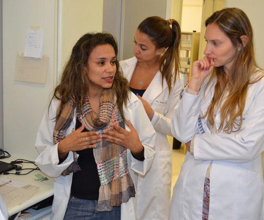 A Biomédica Fátima Morais, Colaboradora do CEADS e Responsável pelo Laboratório de DST e os Residentes Estagiários de junho, durante a exposição do acervode lâminas do CEADS,contendo os principais agentes etiológicos causadores das DST