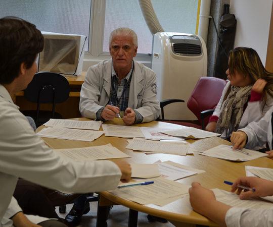 Prof. Dr. Luiz Jorge Fagundes, Coordenador Científico do CEADS e os Residentes Estagiários de DST de junho de 2014, durante a realização das provas teórica e prática sobre DST