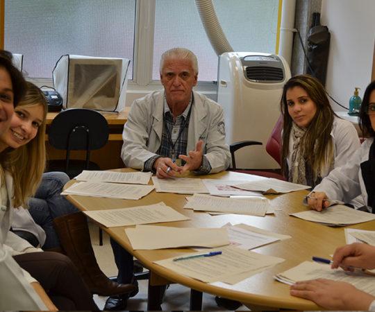 Prof. Luiz Jorge Fagundes, Coordenador Científico do CEADS e responsável pelo estágio de DST, juntamente com a Biomédica Fátima Morais, Colaboradora do CEADS e Responsável pelo Laboratório de DST e os Estagiários de DST de junho de 2014, durante a realização das Provas Teórica e Prática sobre DST.