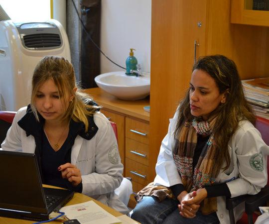 Biomédica Fátima Morais, Colaboradora do CEADS e a Residente Estagiária, durante o processo de cadastramento na lista de discussão sobre DST.