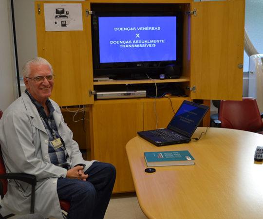 """Prof. Dr. Luiz Jorge Fagundes, Coordenador Científico do CEADS, durante a Palestra sobre as """"Diferenças entre DST e Doenças Venéreas, dirigida aos Residentes Estagiários de DST de junho de 2014."""