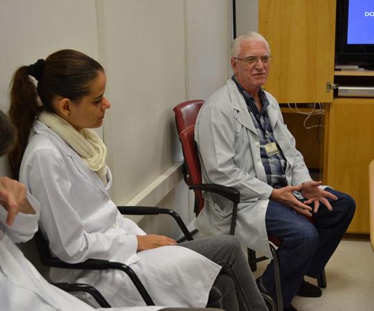 """Prof. Dr. Luiz Jorge Fagundes, Coordenador Científico do CEADS e os Residentes Estagiários de DST de junho de 2014, durante a apresentação da Palestra sobre """"As Diferenças entre DST e Doenças Venéreas""""."""