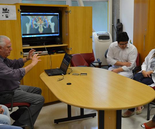 """Prof. Dr. Luiz Jorge Fagundes, Coordenador Científico do CEADS e os Residentes Estagiários de DST de junho de 2014, durante a apresentação das aulas de DST, utilizando os modelos do """"Homem Virtual"""", desenvolvidos pela Disciplina de Telemedicina com apoio do CEADS."""
