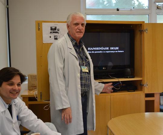 Prof. Dr. Luiz Jorge Fagundes, Coordenador Científico do CEADS, durante a apresentação do Documentário sobre a Hanseníase no Brasil, aos Residentes Estagiários de DST de junho de 2014.
