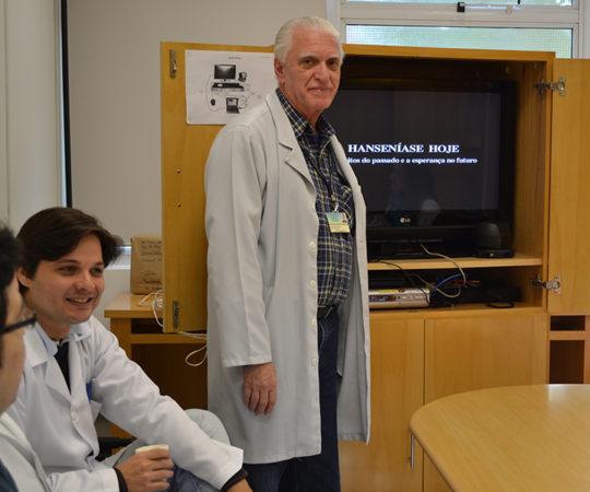 Prof. Dr. Luiz Jorge Fagundes, Coordenador Científico do CEADS e os Residentes Estagiários de DST de junho de 2014, durante a apresentação do Documentário sobre a Situação da Hanseníase no Brasil.