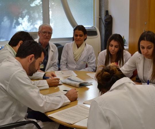 Prof. Dr. Luiz Jorge Fagundes, Coordenador Científico do CEADS e Responsável pelo Estágio de DST do Centro de Saúde Escola Geraldo de Paula Souza da Faculdade de Saúde Pública da USP e os Residentes Estagiários do mês de junho de 2014, durante a realização das Provas Finais Teórico e Prática de DST.