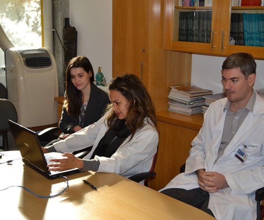 """Biomédica Fatima Morais e os Residentes Estagiários de DST de julho de 2014, durante o processo de cadastramento na Lista de Discussão sobre """"Doenças Sexualmente Transmissíveis""""."""