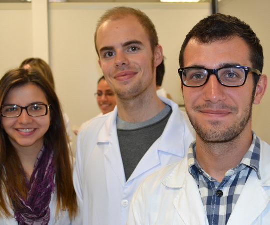 Dra. Ana Maria do Departamento de Ginecologia do HC FMUSP e os Médicos Pablo Enrique e David Bousqued da Universidade Vall D´Hebron de Barcelona, durante a visita ao Laboratório de DST.