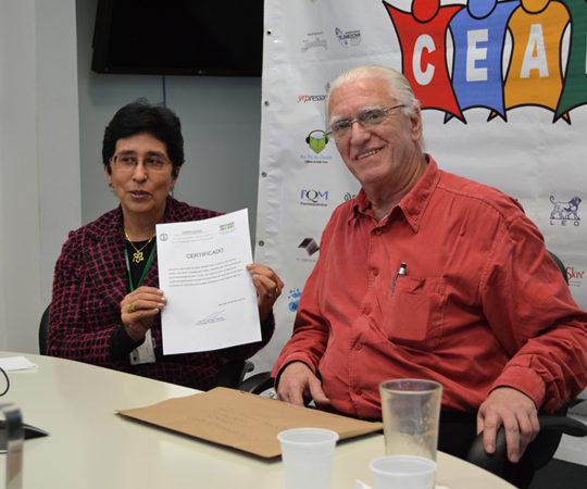"""Profa. Dra. Mirian Nakagami Sotto, Colaboradora do CEADS e Coordenadora do Fórum de Debates sobre """"Histopatologia Cutânea"""" e o Prof. Dr. Luiz Jorge Fagundes, Coordenador Científico do CEADS, durante a apresentação do Fórum e da entrega do Certificado de Coordenadora do Fórum de Debates."""