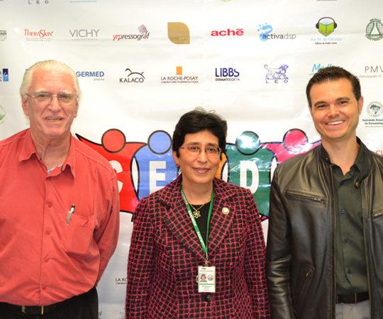 "Profa. Dra. Mirian Nakagami Sotto, Colaboradora do CEADS e Coordenadora do 34 Fórum sobre ""Histopatologia Cutânea"", o Prof. Dr. Luiz Jorge Fagundes, Coordenador Científico do CEADS e o Sr. Anderson Barbetta, Representante do Laboratório Germed Pharma, patrocinador Exclusivo de Fórum de Debates."