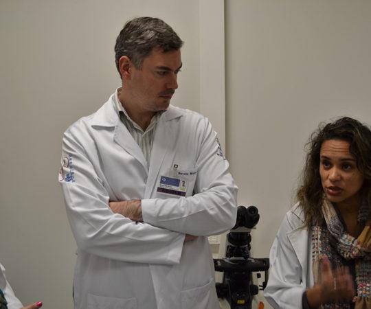 Biomédica Fátima Morais, Colaboradora do CEADS e responsável pelo Laboratório de DST e os Residentes  Estagiários de julho de 2014, durante a demonstração das lâminas, contendo os principais agentes etiológicos de DST