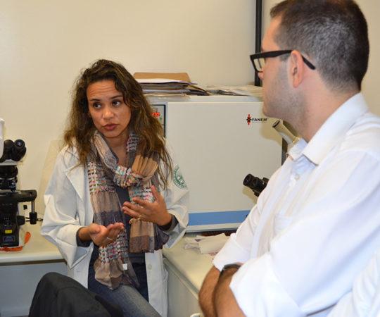 Biomédica Fátima Morais, Colaboradora do CEADS e os Residentes de DST de julho de 2014, durante a demonstração do acervo de lâminas de DST do CEADS.