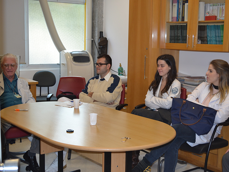 """Prof. Dr. Luiz Jorge Fagundes Coordenador Científico do CEADS e os Residentes Estagiários de julho de 2014, durante a Discussão sobre a """"Lista de discussão com Temas de DST"""""""