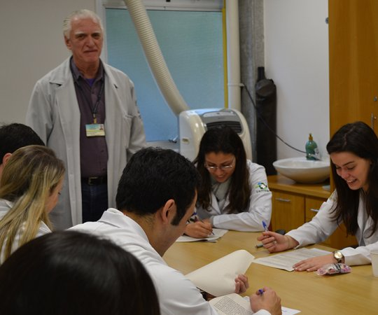 Prof. Dr. Luiz Jorge Fagundes, Coordenador Científico do CEADS e os Residentes de julho de 2014, durante a aplicação das provas finais teórico e prática de DST
