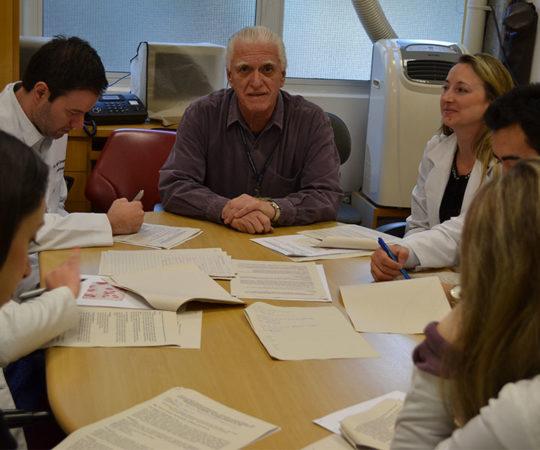 Prof. Dr. Luiz Jorge Fagundes, Coordenador Científico do CEADS e os Residentes Estagiários de DST de julho de 2014, durante a realização das Provas Iniciais Teórica  e Prática de DST.