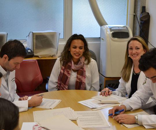 Biomédica Fátima Morais, Colaboradora do CEADS e Responsável pelo Laboratório de DST e os Residentes Estagiários de DST de julho de 2014, durante a realização das Provas Teórica e Prática sobre Doenças Sexualmente Transmissíveis.