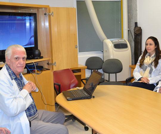 """Prof. Dr. Luiz Jorge Fagundes,Coordenador Científico do CEADS e os Residentes Estagiários de DST de julho de 2014, durante a Palestra sobre: """"A Situação da Sífilis Congênita no Brasil""""."""