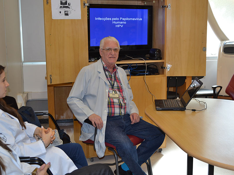 """Prof. Dr. Luiz Jorge Fagundes, Coordenador Científico do CEADS e os Residentes de DST de agosto de 2014, durante a Palestra sobre: """"Infecções pelo Papiloma vírus humano""""."""