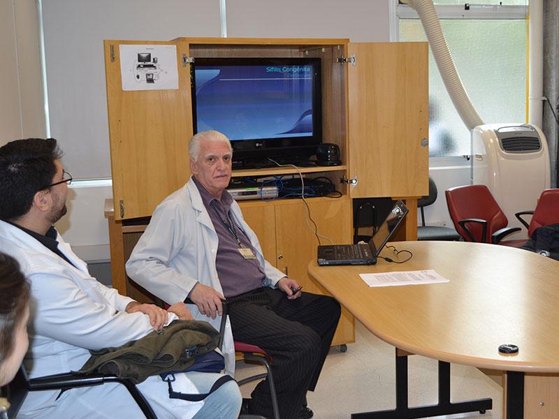 "O Prof. Dr. Luiz Jorge Fagundes, Coordenador Científico do CEADS e os Residentes Estagiários de DST de agosto de 2014, durante a Palestra sobre ""Sífilis Congênita""."