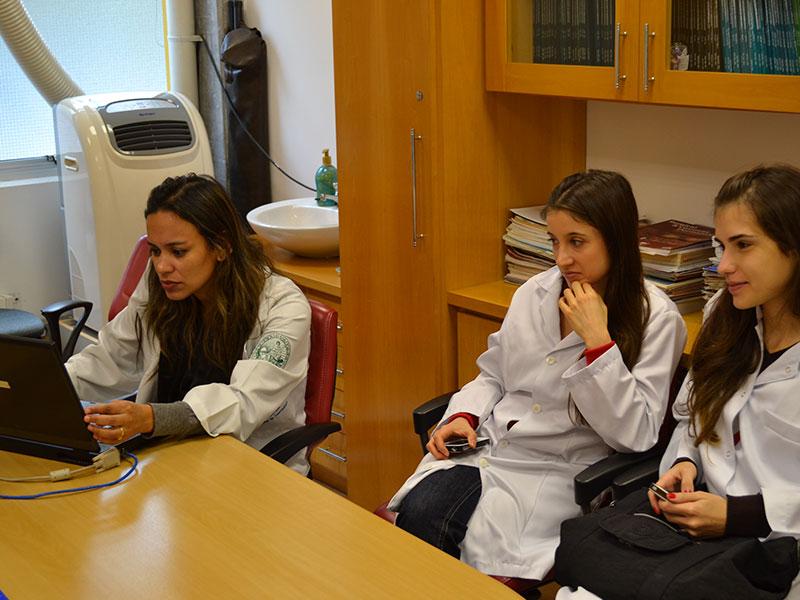 Biomédica Fátima Morais e os Residentes Estagiários de DST de agosto de 2014, durante o processo de Cadastramento dos Médicos na Lista de Discussão com temas relacionados às DST.