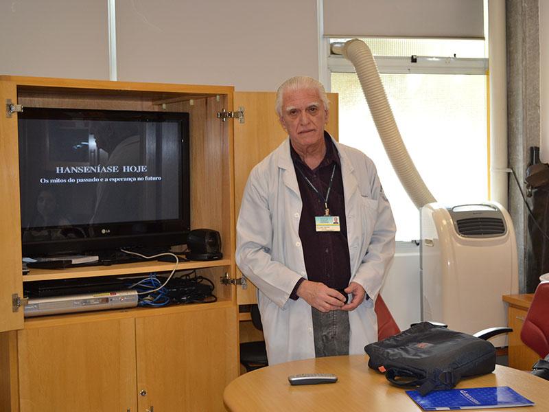 """Prof. Dr. Luiz Jorge Fagundes, Coordenador Científico do CEADS, durante a demonstração do Vídeo sobre a """"Situação da Hanseníase no Brasil"""", dirigida aos Estagiários de DST de agosto de 2014."""