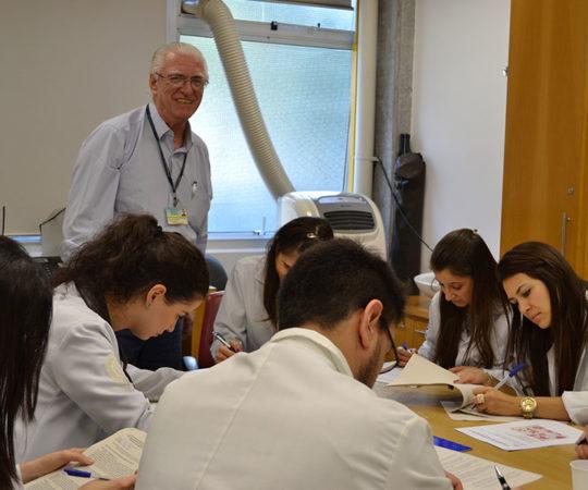 Prof. Dr. Luiz Jorge Fagundes, Coordenador Científico do CEADS e os Residentes Estagiários de DST de agosto de 2014, durante a realização das Provas Iniciais Teórico e Prática de DST.