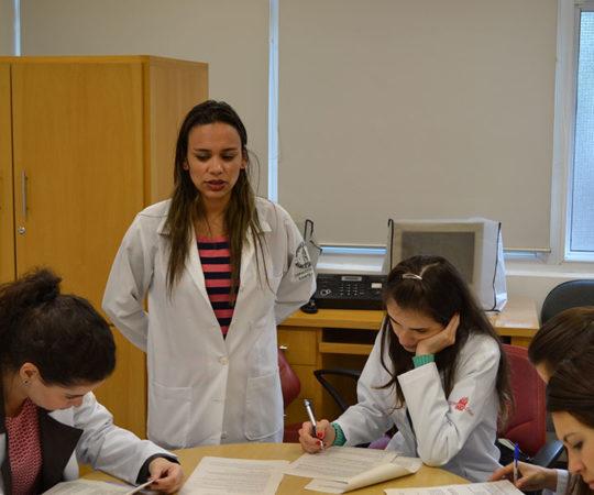 Biomédica Fátima Morais e os Residentes Estagiários de DST de agosto de 2014, durante a realização das Provas do início de Estágio.