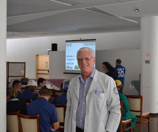 O Prof. Dr. Luiz Jorge Fagundes, Coordenador Científico do CEADS, nas dependências do Esporte Clube Pinheiros, durante a Palestra sobre DST na SIPAT.