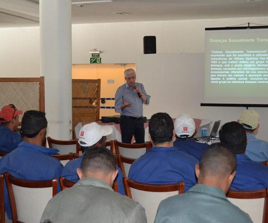 O Prof. Dr. Luiz Jorge Fagundes, Coordenador Científico do CEADS, durante a Palestra sobre DST, dirigida aos funcionários do E. C. Pinheiros, na Semana Interna de Prevenção de Acidentes do Trabalho.