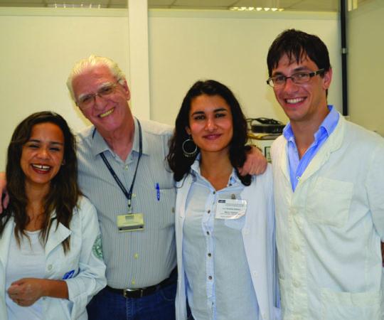 O Prof. Dr. Luiz Jorge Fagundes, Coordenador Científico do CEADS e Responsável pelo Estágio de DST, a Biomédica Fátima Morais, Responsável pelo Laboratório de DST, a Médica Iraniana Anahita Attaran, de Gotemburgo , na Suécia, o Médico Croata Dr. Igor Jankovich, da Universidade de Ljubjana, Slovênia e o Médico Urologista Dr. Renato Oyama, do HC  da Universidade de São Paulo, nas dependências do Laboratório de DST do Centro de Saúde Escola Geraldo de Paula Souza da Faculdade de Saúde Pública da USP