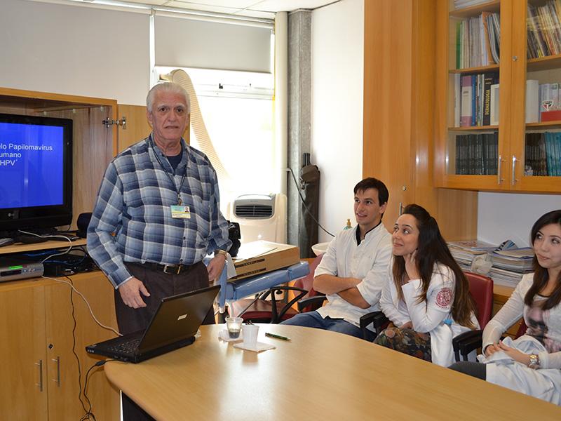 """O Prof. Dr. Luiz Jorge Fagundes, coordenador Científico do CEADS e os Residentes Estagiários de DST de setembro de 2014, durante a Palestra sobre """"Infecção Pelo HPV, dirigida aos Residentes Estagiários de DST de setembro de 2014."""